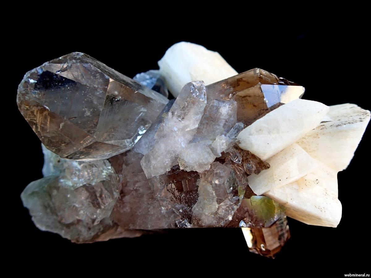 Лунный камень в природе необработанный фото