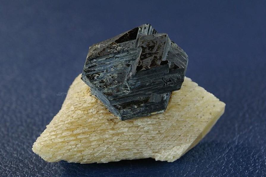 Симпатично выглядит магнетит с мелким флогопитом (образец 11х10х7см)